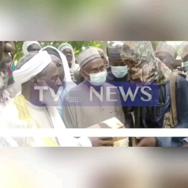 Popular Islamic scholar, Sheikh Ahmad Gumi,  on Thursday, February 18, met with abductors of the staff and students of Government Science College, Kagara, Niger State.  According to TVC News, the meeting took place at Tagina forest in Niger State.  The bandits were led by their leader, Dogo Gide. Sheik Gumi appealed to them to give peace a chance.  The bandits attacked the school on Wednesday, February 17, killed one of the students and abducted 27 of them. The bandits also abducted 3 staff of the school and 12 family members of the staff.  📽: @tvc