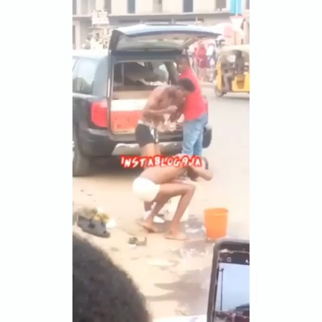 Suspected Yahoo boys beaten up for taking their bath in the middle of a market in Ikotun, Lagos State